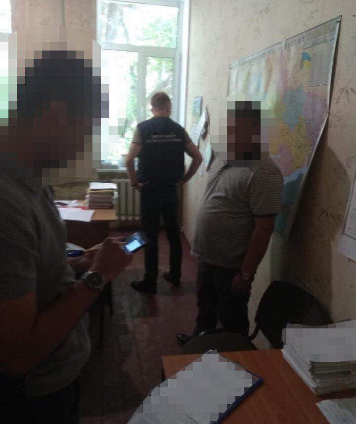 Начальника Госгеокадастра Новомосковского района и ее зама поймали на взятке