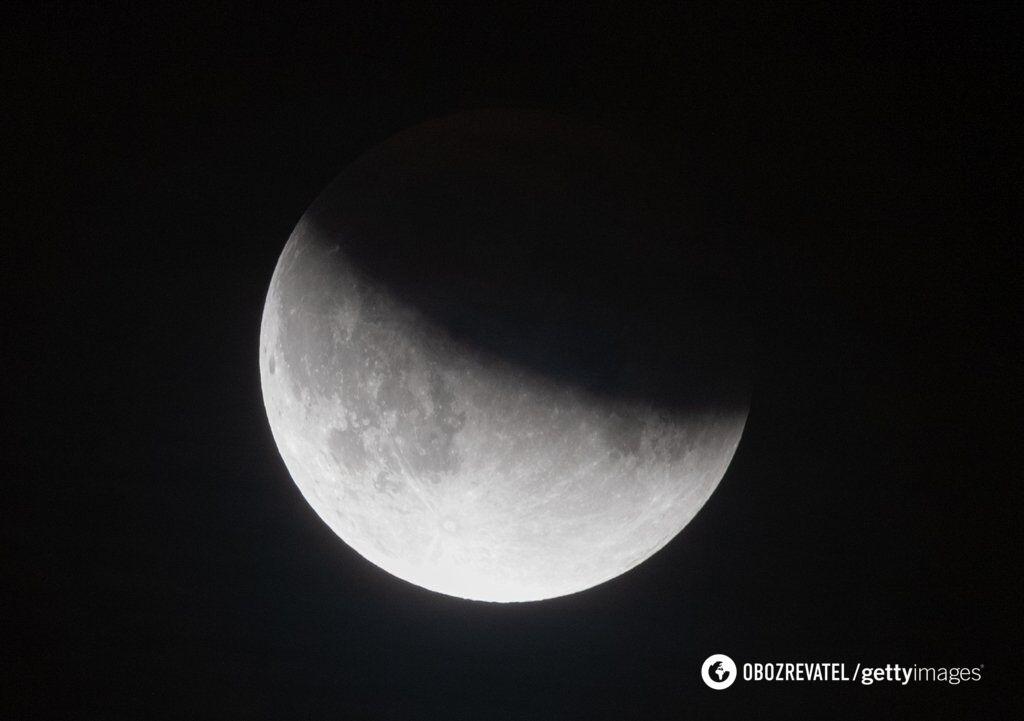 """""""Криваве"""" місячне затемнення: з'явилися фантастичні фото і відео"""
