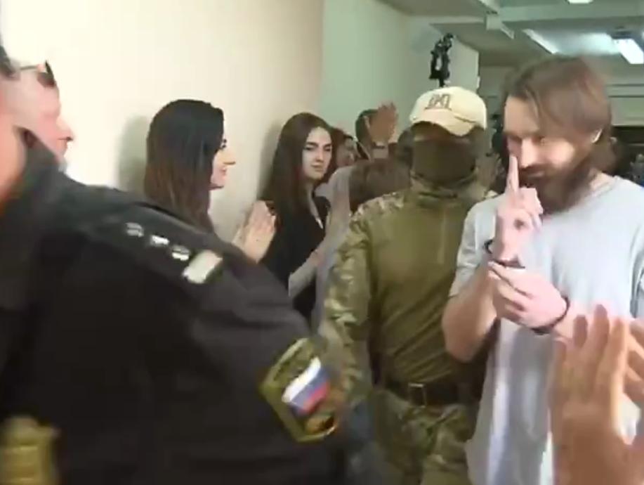 Пленные украинские моряки под конвоем
