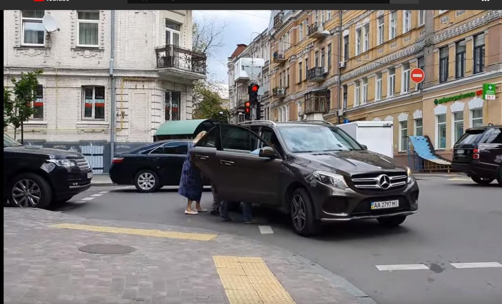 Водитель остановился посреди улицы