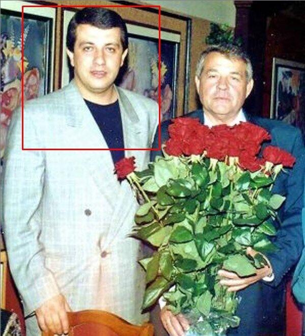 Криминальный авторитет Батон — Сергей Батозский с отцом. Матерый преступник, совершил огромнейшее количество тяжких преступлений в Харькове, в Москве и по всему тогда еще СНГ, но в силу своих тесных преступных связей со многими харьковскими крупными милицейскими и иными начальниками времен кучмизма оставался на свободе.