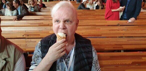 Моїсеєв їсть морозиво в Юрмалі