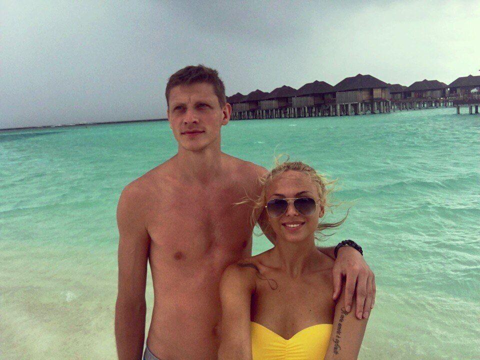 Зірка збірної України з баскетболу одружився із сербською волейболісткою: фото красуні