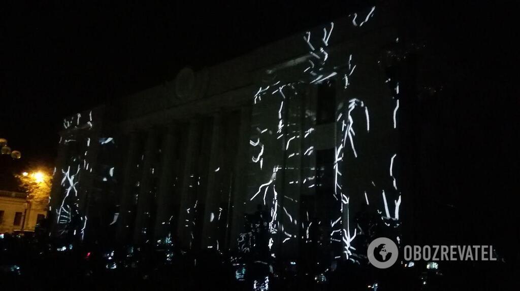 В последние минуты: Вакарчук устроил лазерное шоу под Радой