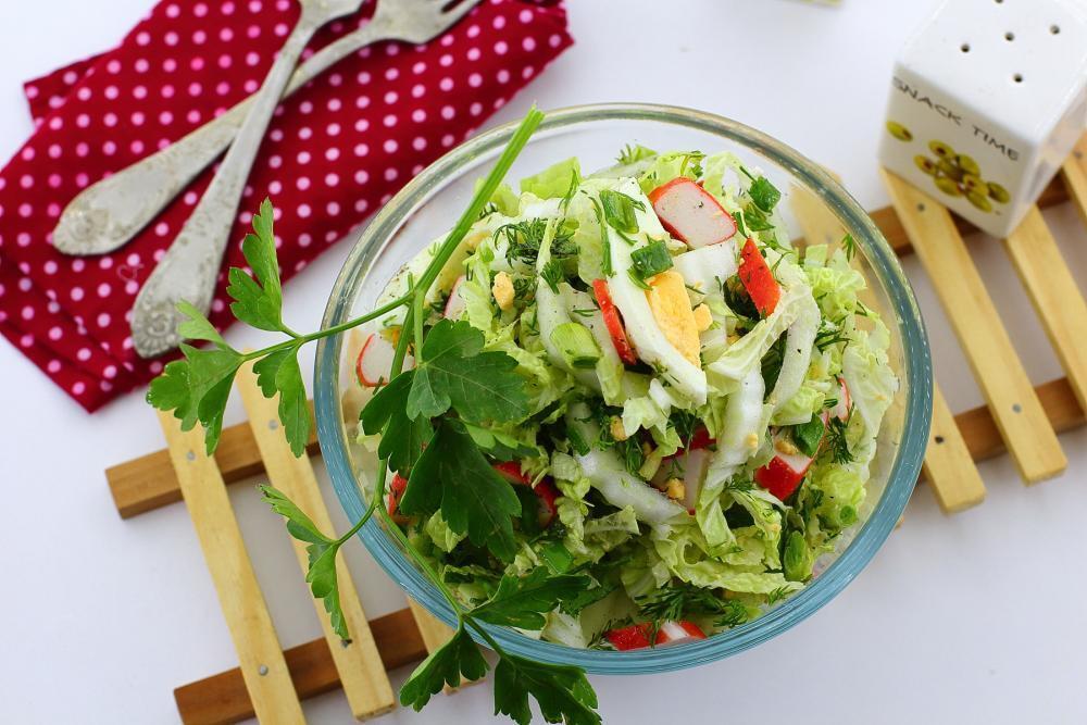 Очень легкий и вкусный рецепт салата с крабовыми палочками и капустой