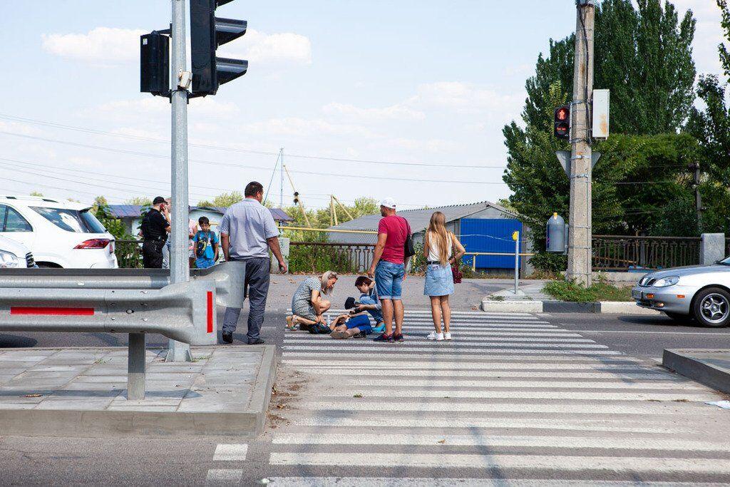 Дети шли по пешеходному переходу