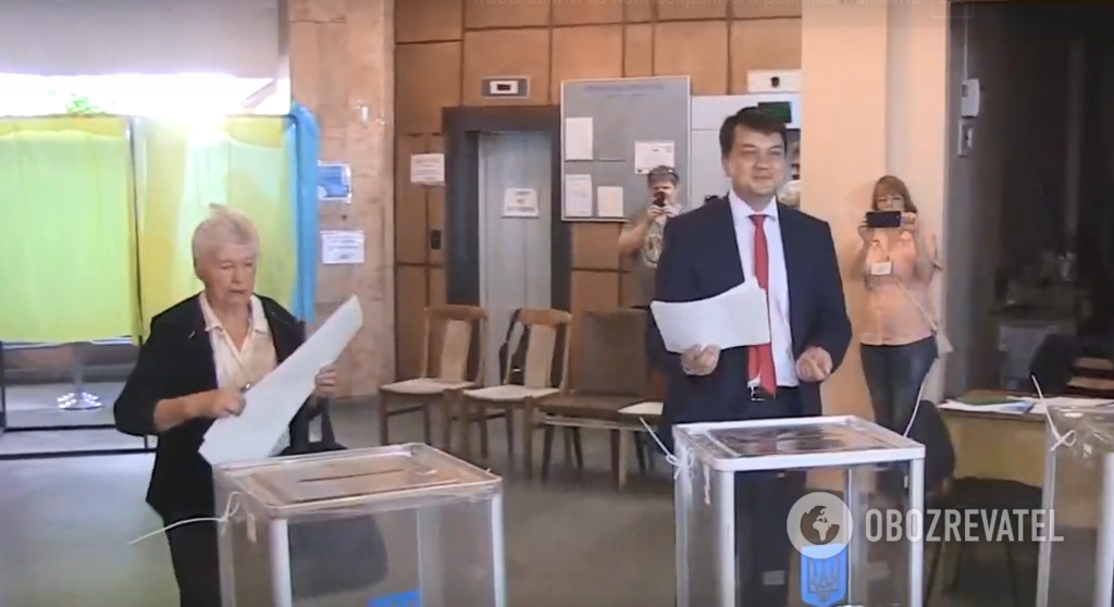 Дмитро Разумков на виборчій дільниці