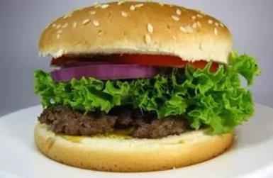Простий рецепт, як приготувати вдома неймовірно соковитий гамбургер