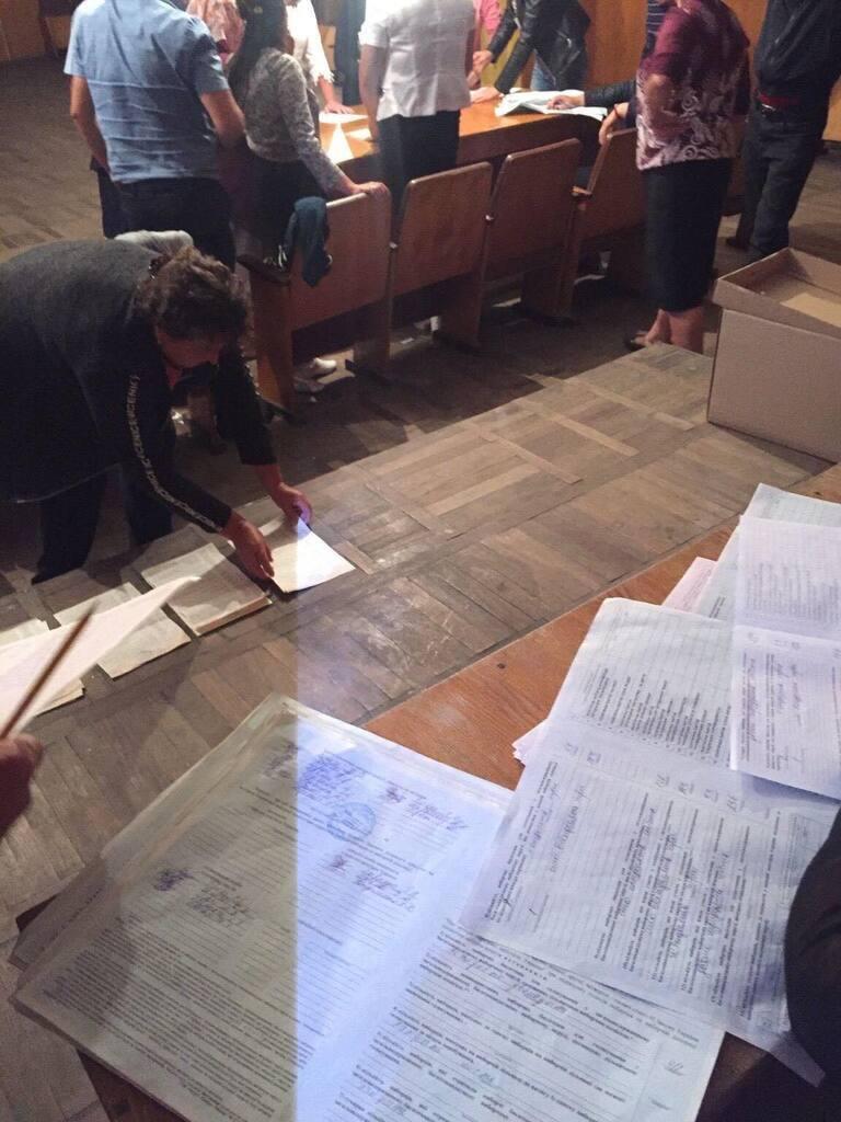 """""""Считают голоса в темноте"""": в Украине на избирательных участках произошло ЧП"""