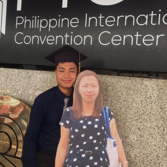 Филиппинец с картонной фигурой мамы