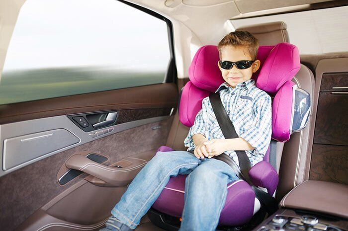 Ребенок в автокресле (иллюстрация)
