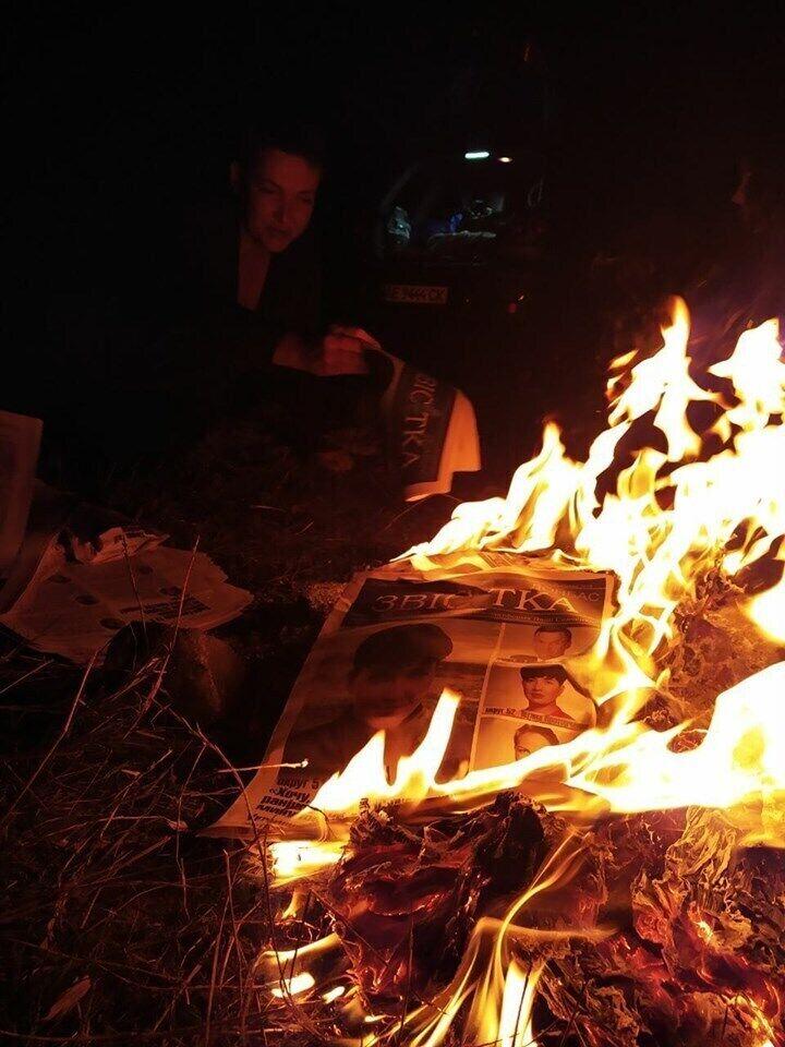 Надія Савченко спалює свою агітацію