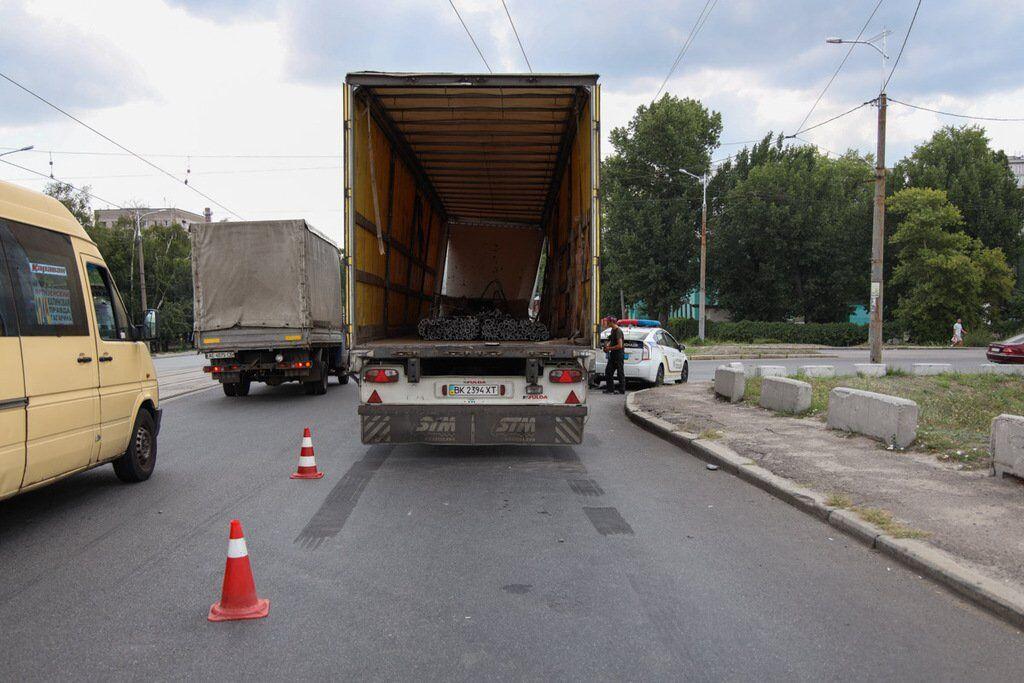 В грузовике находились металлические конструкции