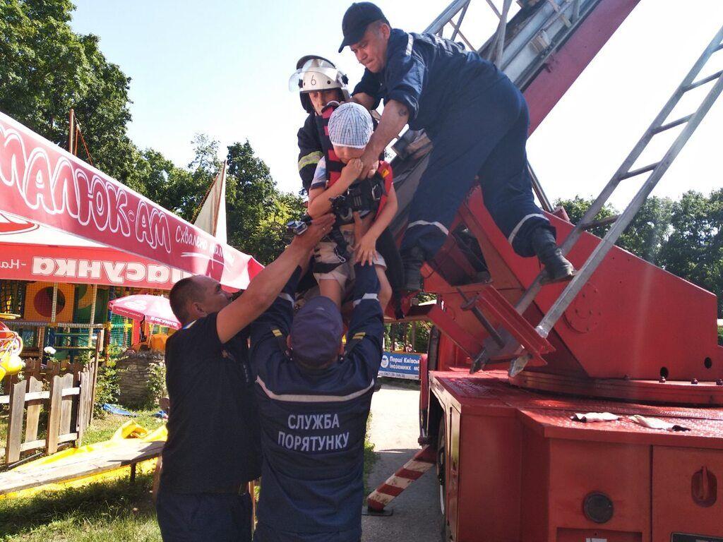 Рятувальникам довелося знімати дітей з висоти