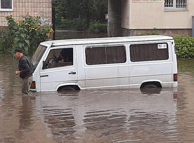 Утонуло все: Ривне накрыл мощнейший потоп
