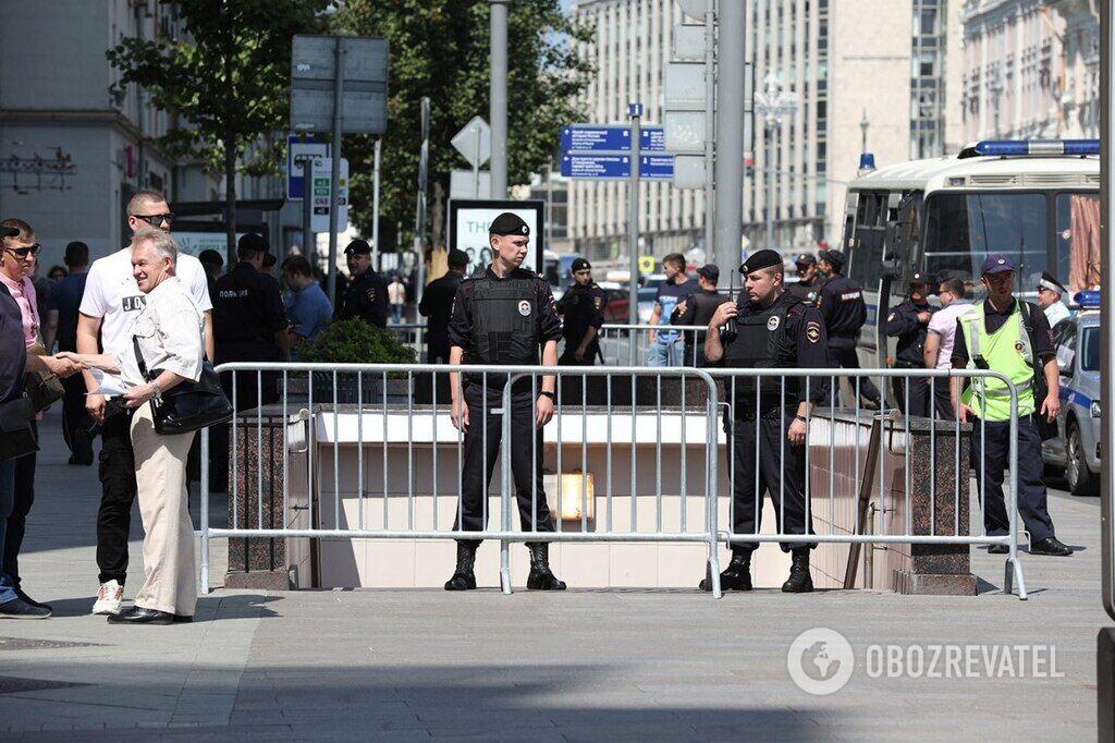 Полиция задерживает прохожих