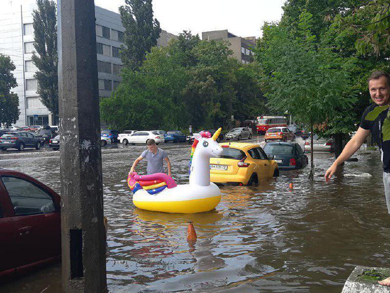 У Києві через дощ затопило вулиці: транспорт паралізувало