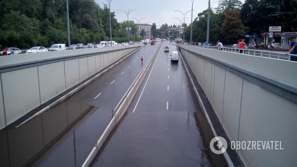 У Києві затопило дорогу