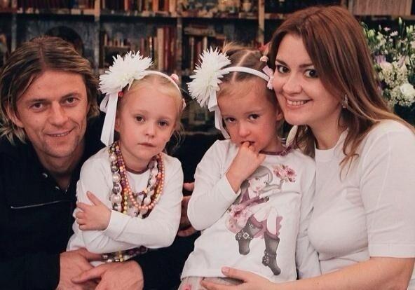 Анатолій Тимощук із Надією Навроцькою та двома доньками