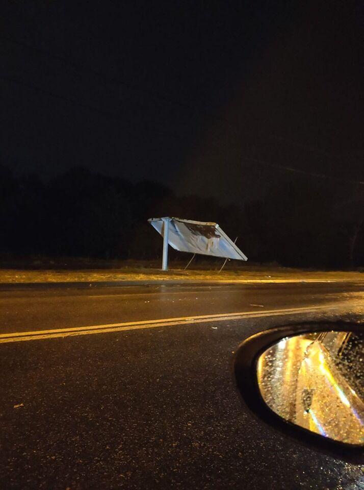 Ветер разломал рекламный щит