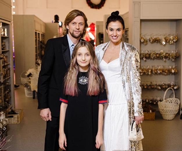 Анатолій Тимощук разом із Анастасією Климовою та її дочкою на одному зі світських заходів