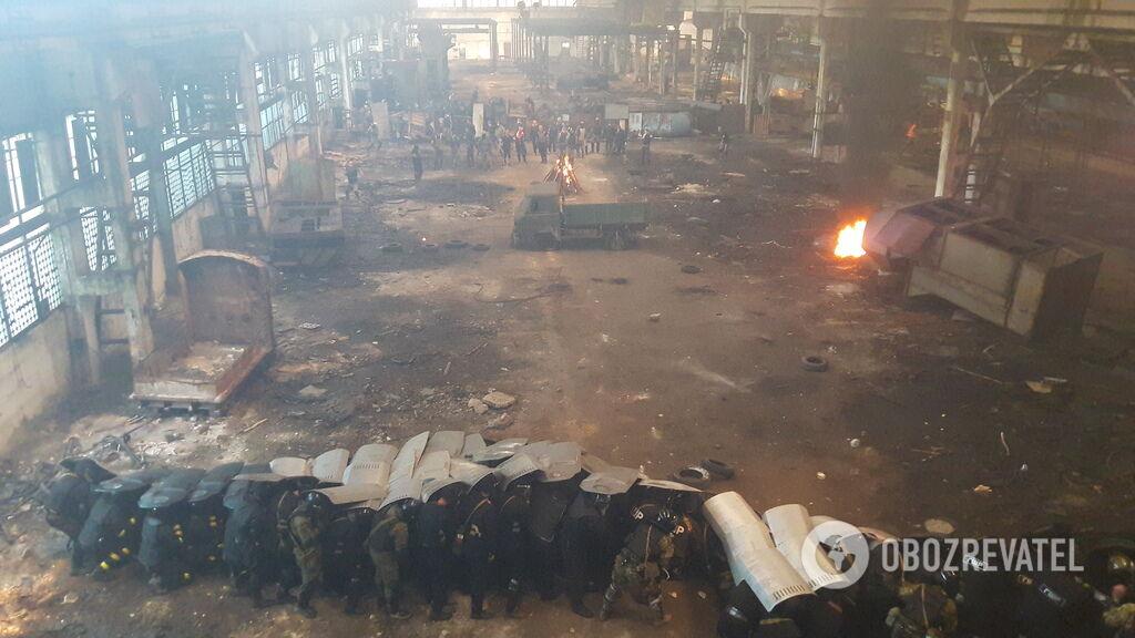 У будівлі встановили барикаду і запалили багаття