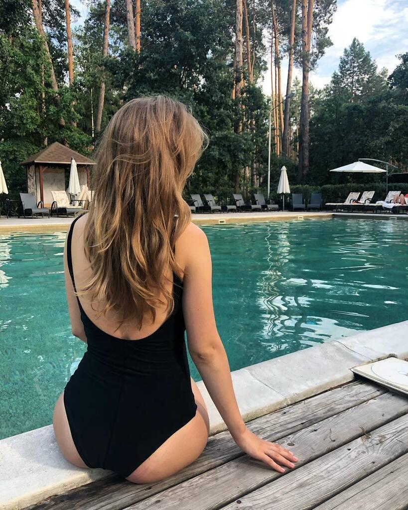 Кошмал біля басейна