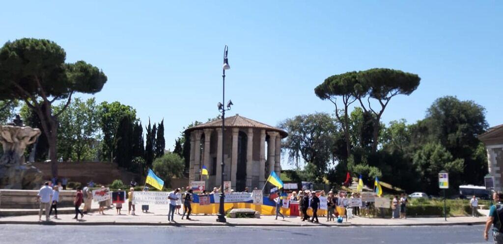 """""""Забирайся з України!"""" Путіна з ганьбою зустріли в Римі. Відео та фото"""