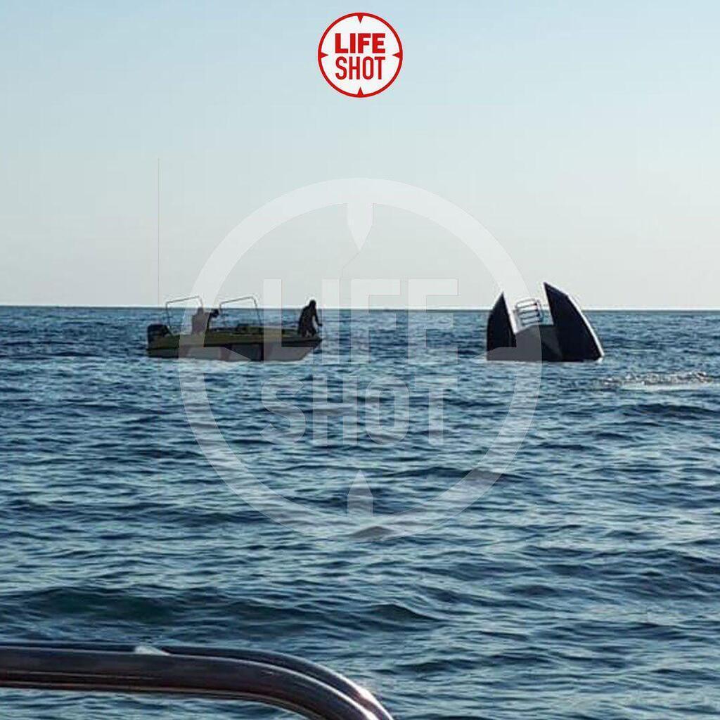 В Черном море перевернулся катамаран