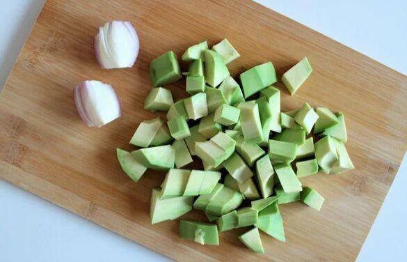 Рецепт смачного салату, який швидко готується і замінить вечерю