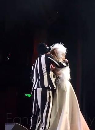 Дмитрий целует Ирину