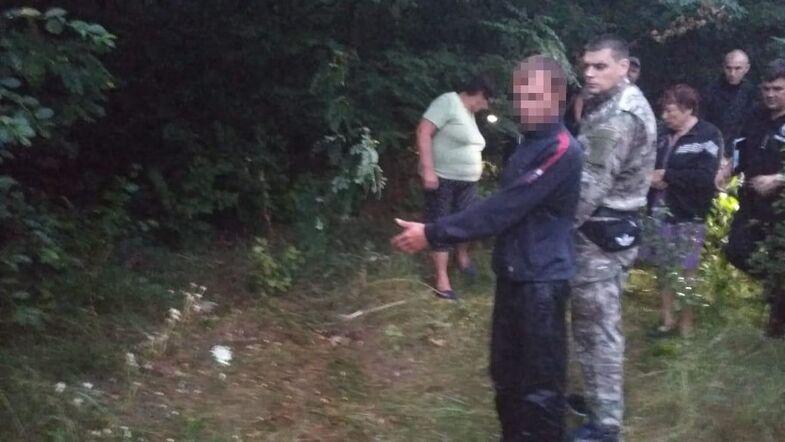 Підозрюваний у вбивстві показує місце злочину