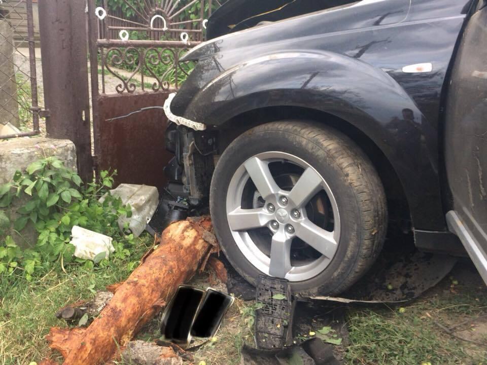 Внедорожник сбил ребенка, снес дерево и врезался в забор