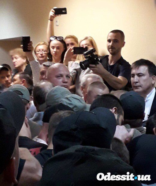 Саакашвили сломал руку женщине в Одессе