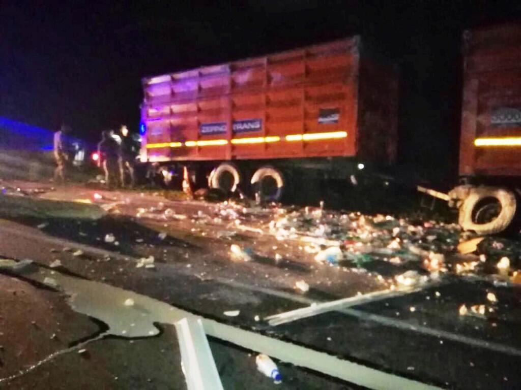 Спасатели смывали разлившееся по дороге горючее