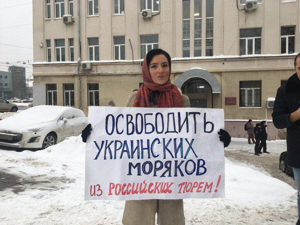 Писательница Алиса Ганиева на одиночном пикете возле здания Лефортовского суда (январь 2019)