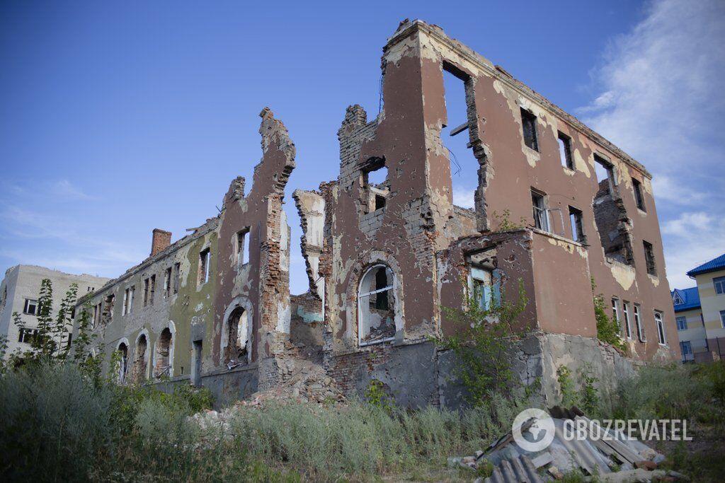 Разрушенное здание на окраине Славянска