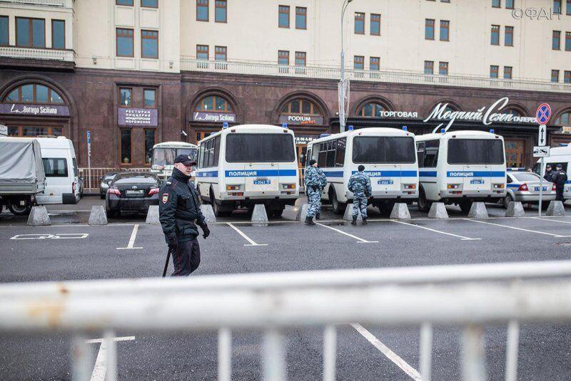 В центр Москвы стянули спецтехнику и автозаки