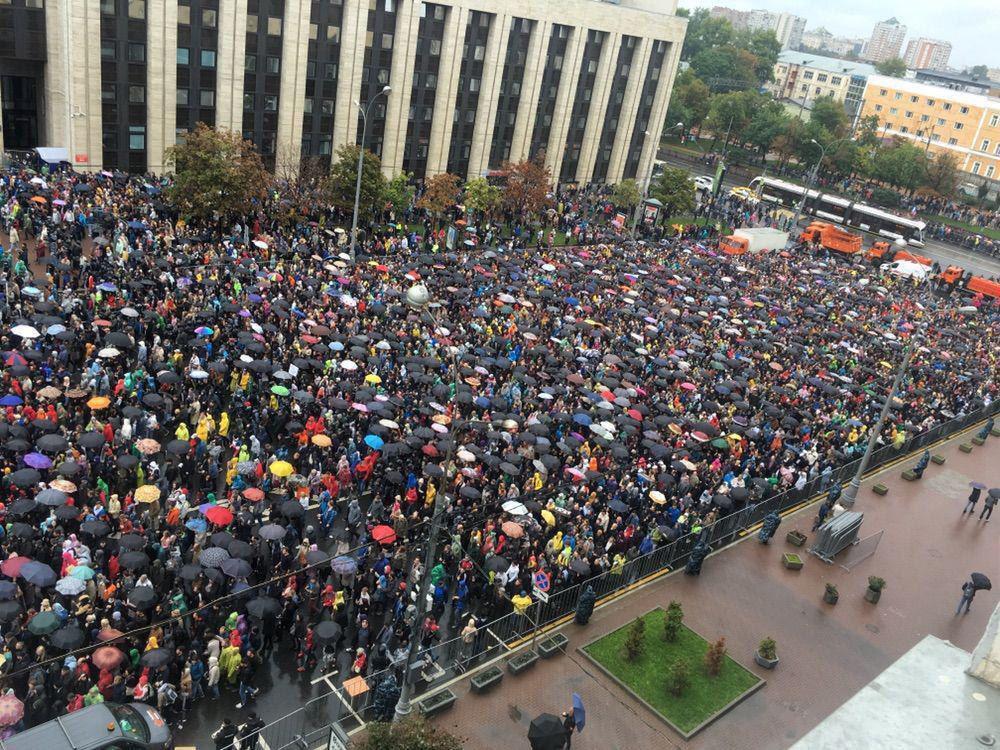 Черга біля входу на мітинг в Москві 10 серпня