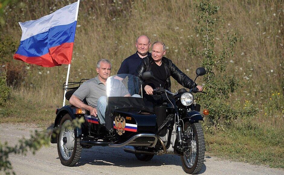 Пафосний приїзд Путіна на шоу байкерів обурив багатьох росіян