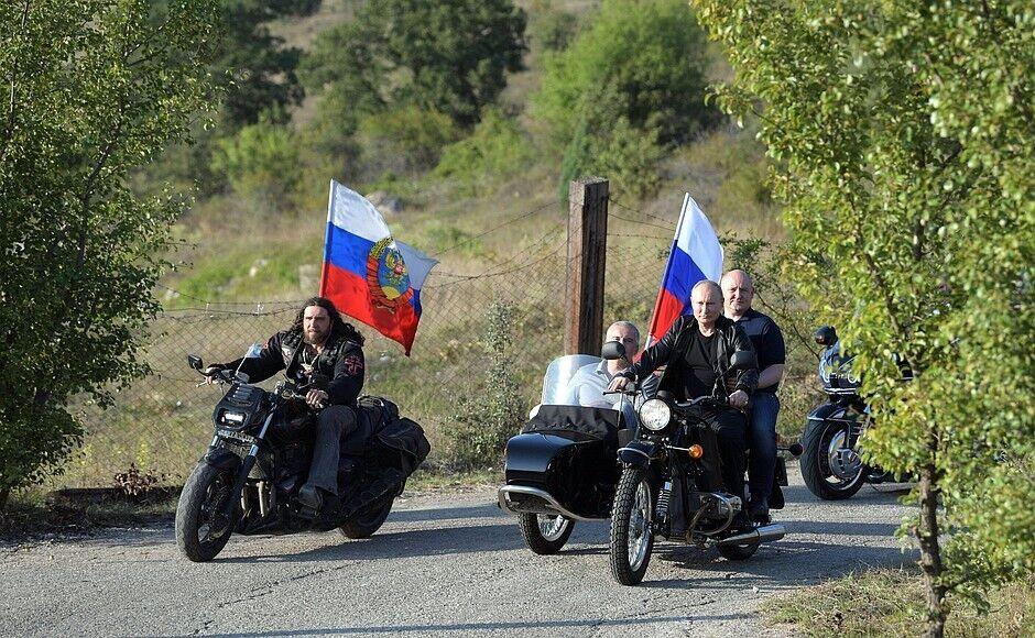 Путін на шоу байкерів у Криму