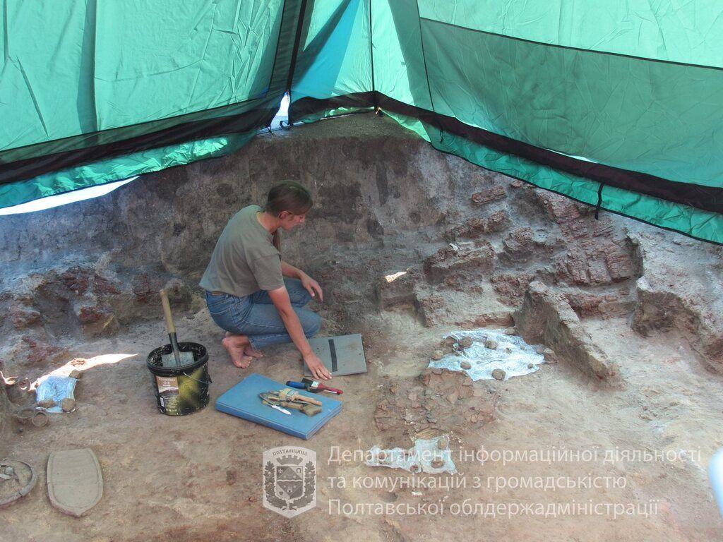 Археолог работает над находкой