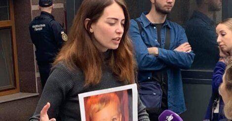 Анастасія Монгенсен під посольством Данії у Києві