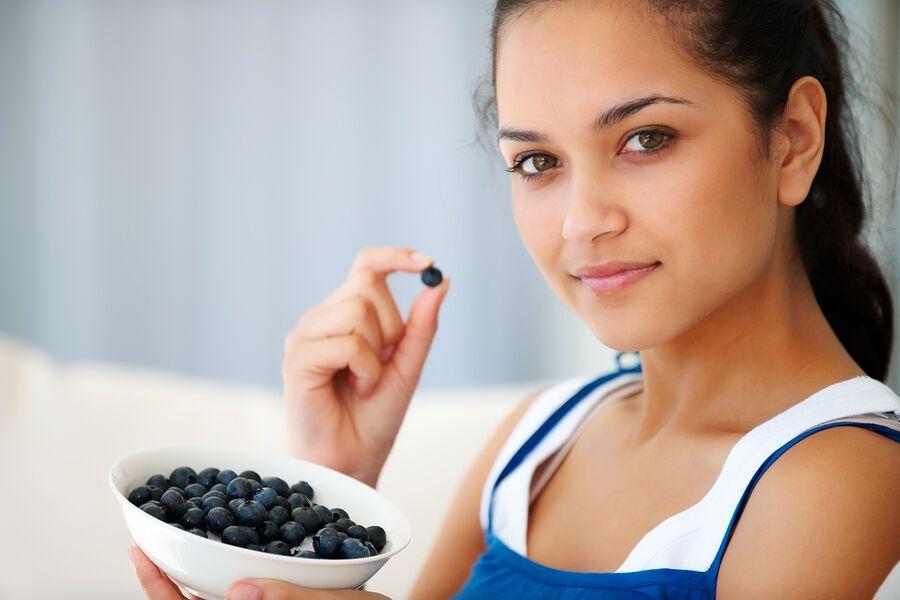 Черника со сметаной и без сахара – полезное летнее блюдо