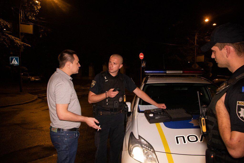 Правоохоронці спілкуються з водієм