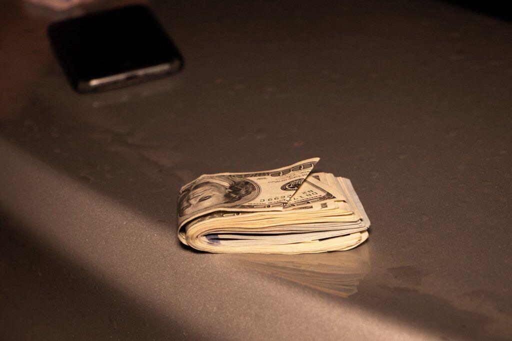 У водія правоохоронці виявили понад тисячу гривень і близько трьох тисяч доларів