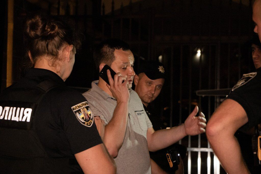 Підозрюваний спілкується по телефону