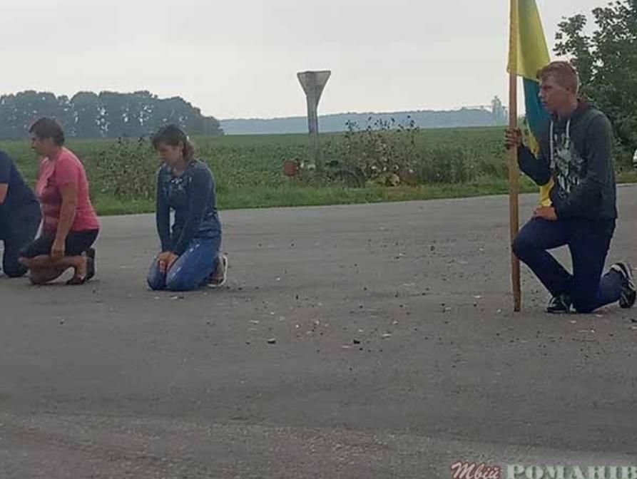Проститься с Героем люди пришли с флагами Украины