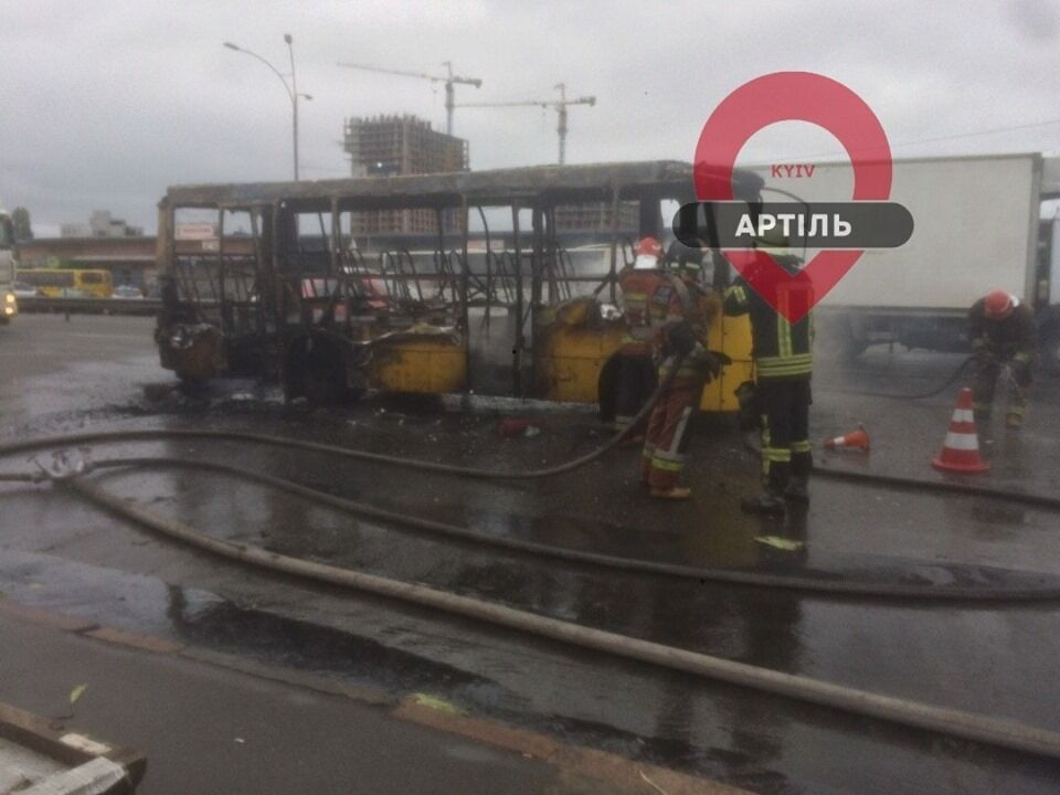 """Це не перша пожежа маршрутного автобуса біля станції метро """"Лісова"""""""