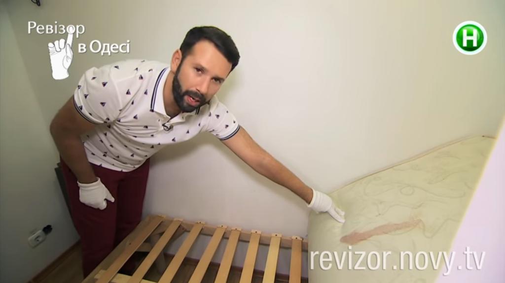 З'явилося моторошне відео ревізії в готелі Одеси
